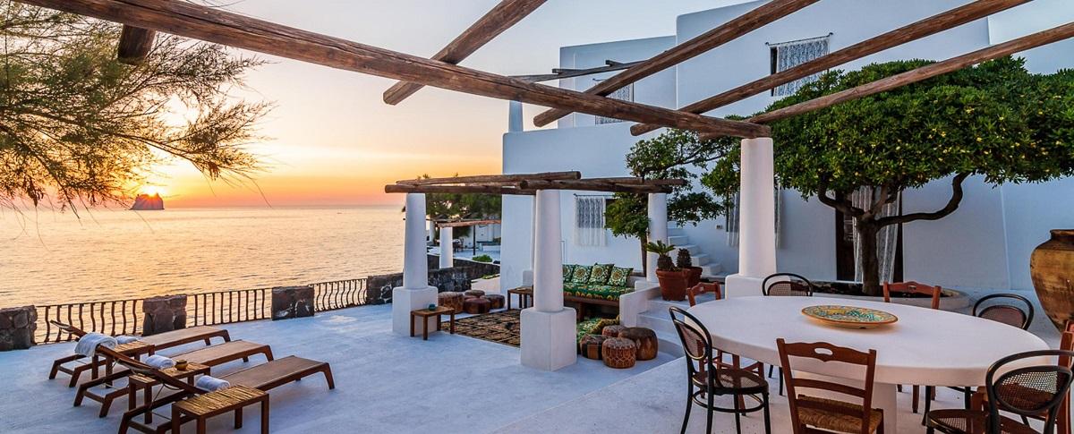 Una veduta al tramonto della villa di Dolce e Gabbana sull'isola di Stromboli