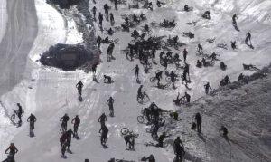 Francia, gara di downhill giù dal ghiacciaio: centinaia ciclisti a terra