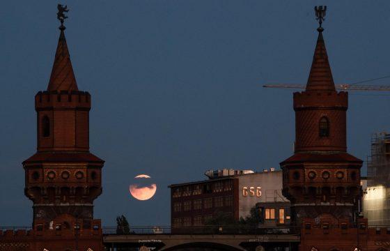 Eclissi parziale lunare vista da Berlino in Germania
