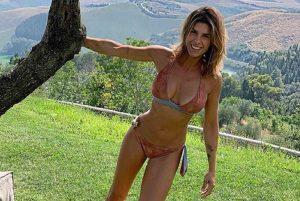 Elisabetta Canalis, foto in bikini. Anche Gianni Morandi entusiasta