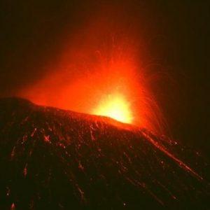 Etna torna in eruzione: fontane di lava e boati dal cratere Sud-Est