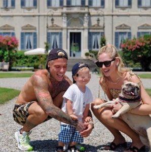 Chiara Ferragni e Fedez, foto di famiglia in vacanza sul lago di Como. E lei viene bersagliata per i piedi...