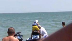 Il figlio di Salvini sulla moto d'acqua della polizia. Bloccato il giornalista che stava filmando la scena VIDEO