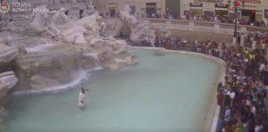 Un uomo è entrato nella Fontana di Trevi vestito da antico senatore romano