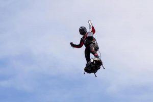Franky Zapata è caduto nella Manica col suo Flyboard, l'uomo volante ha perso la scommessa