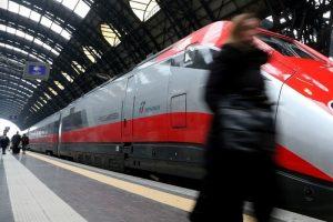 """Frecciarossa Napoli-Milano, annuncio beffa: """"Il treno è in ritardo"""". Ma non è vero: 16 lasciati a piedi"""
