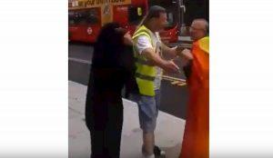 """Londra, musulmana in niqab insulta un gay: """"Siete schifosi. Dio ha creato Adamo ed Eva"""" VIDEO"""