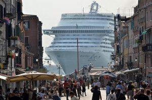 Toninelli-Brugnaro: chi fa il gioco delle grandi navi a Venezia?