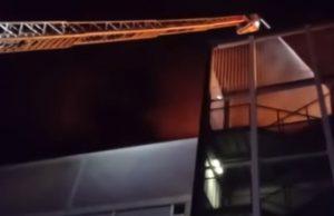 I vigili del fuoco sono intervenuti per domare l'incendio al centro commerciale Coop di Milano