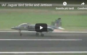 India, il caccia finisce contro uno stormo di uccelli e sgancia le bombe VIDEO