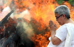 India, dichiarato morto... si sveglia durante il funerale (foto d'archivio Ansa)