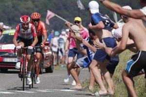 Tour de France, Julian Alaphilippe sfila maglia gialla a Giulio Ciccone