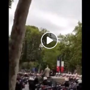 """Parigi, Emmanuel Macron fischiato: """"Dimissioni, dimissioni"""""""