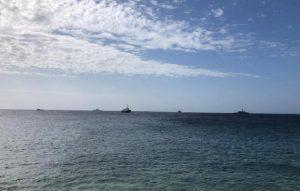 """Mediterranea, la nave con 52 migranti a 12 miglia da Lampedusa: """"Ci hanno vietato l'ingresso"""" (foto Ansa)"""