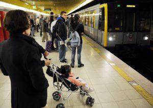 Milano, da oggi scatta l'aumento del biglietto di metro e bus: da 1,5 a 2 euro ma si timbra più volte