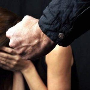 Gragnano, litiga con la moglie e tenta di strangolarla davanti ai figli: arrestato un 27enne