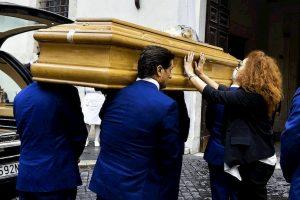 Mario Cerciello Rega, folla alla camera ardente. Domani funerale in diretta su Rai Uno