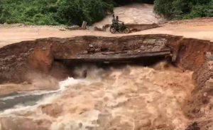 cambogia moto su ponte