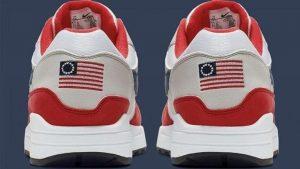 Nike, bandiera schiavista sulle sneaker per il 4 luglio, è bufera. Costretta al ritiro