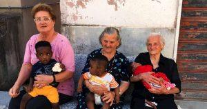 Le tre nonne di Campoli con i tre figli di migranti in braccio