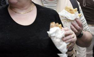 Fame per 820 milioni di persone, sovrappeso e obesità per 2 mld. Junk food ne uccide di più
