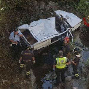 Pistoia, auto sfonda ringhiera del ponte e vola giù nel greto del torrente: morta una coppia di anziani