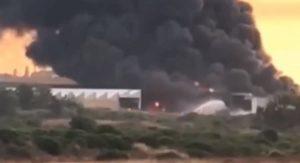 """Porto Torres, incendio in ex fabbrica vernici. Rischio inquinamento dai gas tossici. Appello ai cittadini: """"Non uscite di casa"""""""