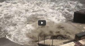 Posillipo, scoppia la fognatura: cascata di melma e fango finisce in mare VIDEO