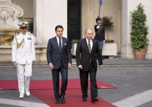 Putin a Palazzo Chigi, Conte gli indica dove fermarsi per il saluto alla bandiera VIDEO