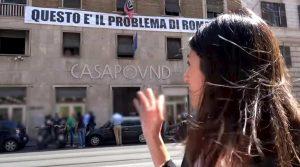 """Virginia Raggi ordina: """"Via la scritta"""". Nessuno obbedisce, Casapound fa paura a Lega e M5S"""