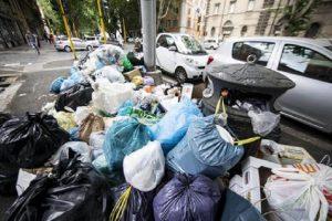 "A Roma i turisti fotografano... i rifiuti: ""Speravamo non fosse vero"" (foto Ansa)"
