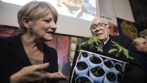 Rita Bernardini in caserma: la Polizia le sequestra la marijuana che coltiva in casa a scopo terapeutico