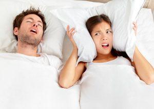 Russare, pericolo per la salute e per la relazione di coppia. Come curare la apnea notturna