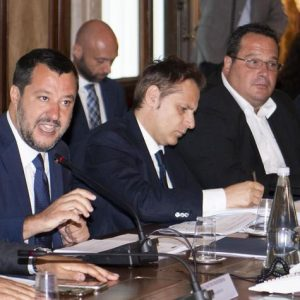 Flat tax: Salvini presenta la versione dura e pura alle parti sociali. Ma a M5S aveva promesso quella marginale