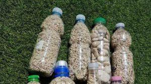 Le bottigliette piene di ciottoli