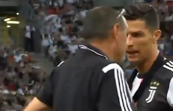 Sarri e Ronaldo discutono a bordo campo