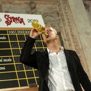 """Antonio Scurati stravince il Premio Strega 2019 con il romanzo storico su Mussolini. A """"M. Il figlio del secolo"""" 228 voti"""
