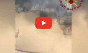 Sicilia in fiamme: i pompieri sorvolano la zona dei lidi a Catania VIDEO