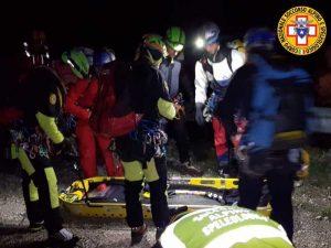 Ciclista cade dal sentiero in bici e precipita: è morto