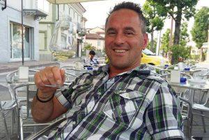 La Morra, si schianta contro un trattore in sella alla sua moto: Stefano Usino muore a 44 anni