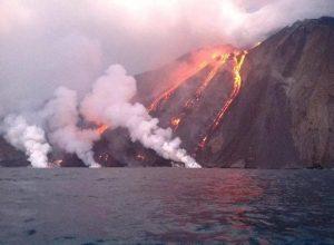 Stromboli, esplosioni dal cratere del vulcano. Turisti in fuga VIDEO