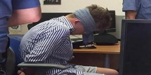 La foto dello studente americano bendato