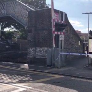 Gran Bretagna, 14enne bullizzato si getta sotto al treno davanti ai compagni all'uscita da scuola