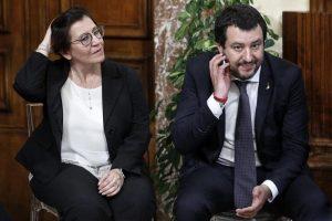 """Migranti, il ministro Trenta a Salvini: """"Senza la missione Sophia tornano le Ong, ti avevo avvisato e ora ti lamenti?"""""""