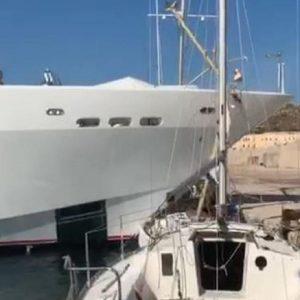 Yacht di 40 metri si schianta contro la banchina del porto di Santa Maria di Leuca distruggendo una barca a vela