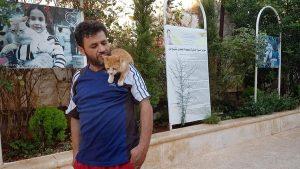 Aleppo, Mohammed Alaa al Jaleel: l'uomo che si prende cura dei gatti abbandonati tra le bombe
