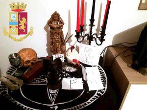 Piacenza, altare in casa con teschio umano e rune celtiche: 3 persone denunciate