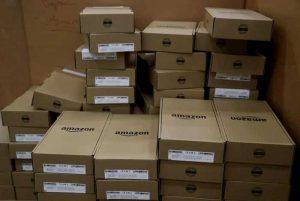 Amazon beffato da due ragazzi: finto reso con pacchi pieni di sabbia e terra e rimborso vero. La trovata da 330mila euro