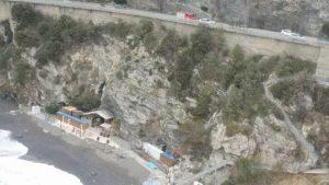 La spiaggia di Bergeggi (Savona) in cui è stato lanciato il cassonetto
