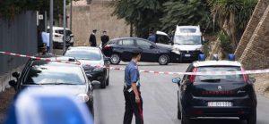 I carabinieri nella zona dove è stato ritrovato il cadavere